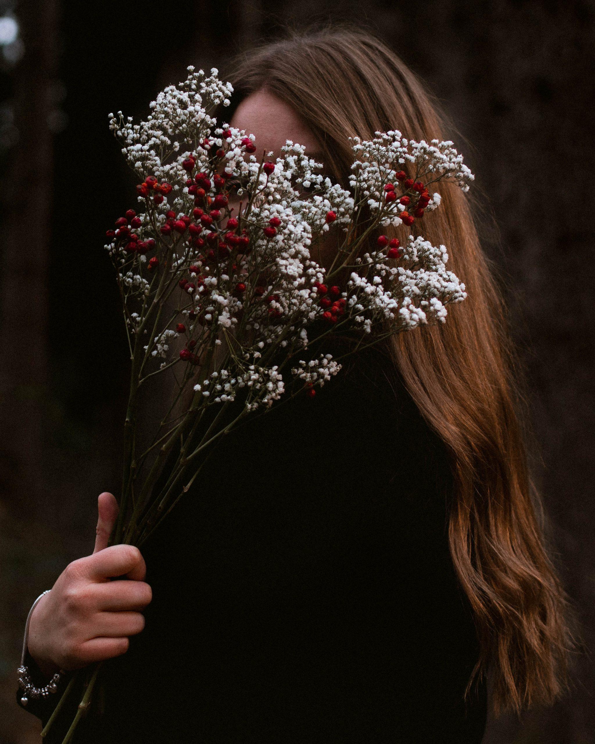 """alt=""""hiding behind flowers von underrain © sara underrain"""""""